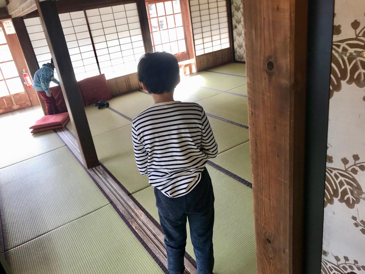 お寺の男の子と「ミニ四駆」で遊ぶ息子。