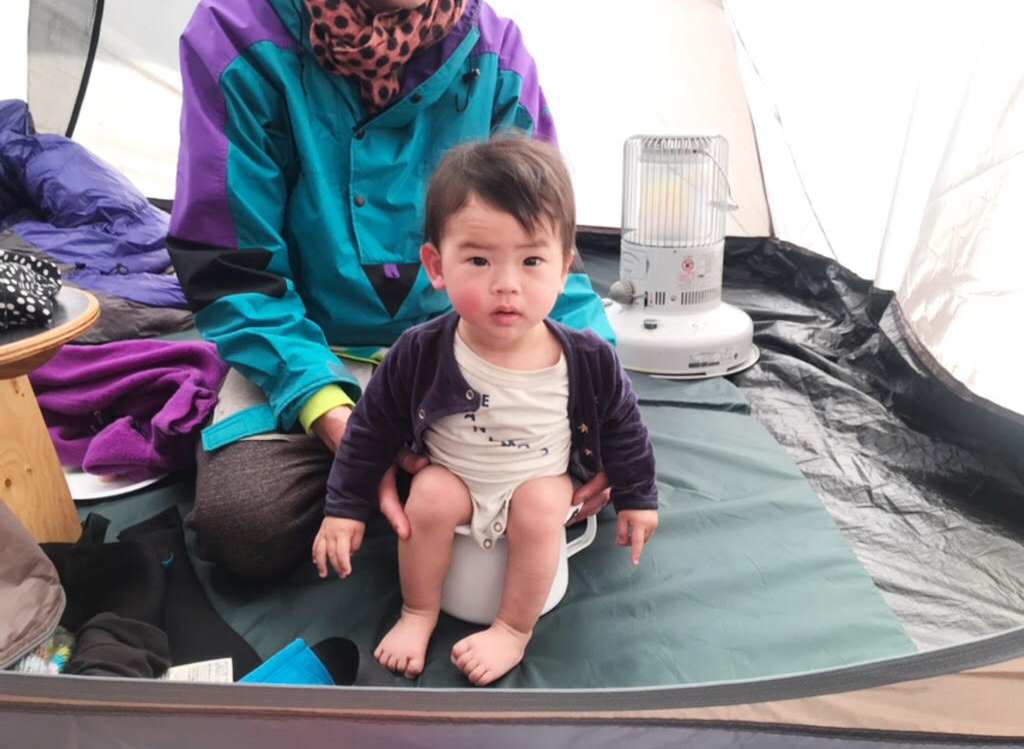 かぜおくんは、キャンプ場でもおまる生活!テントで用を足す姿が何とも愛らしい(笑)