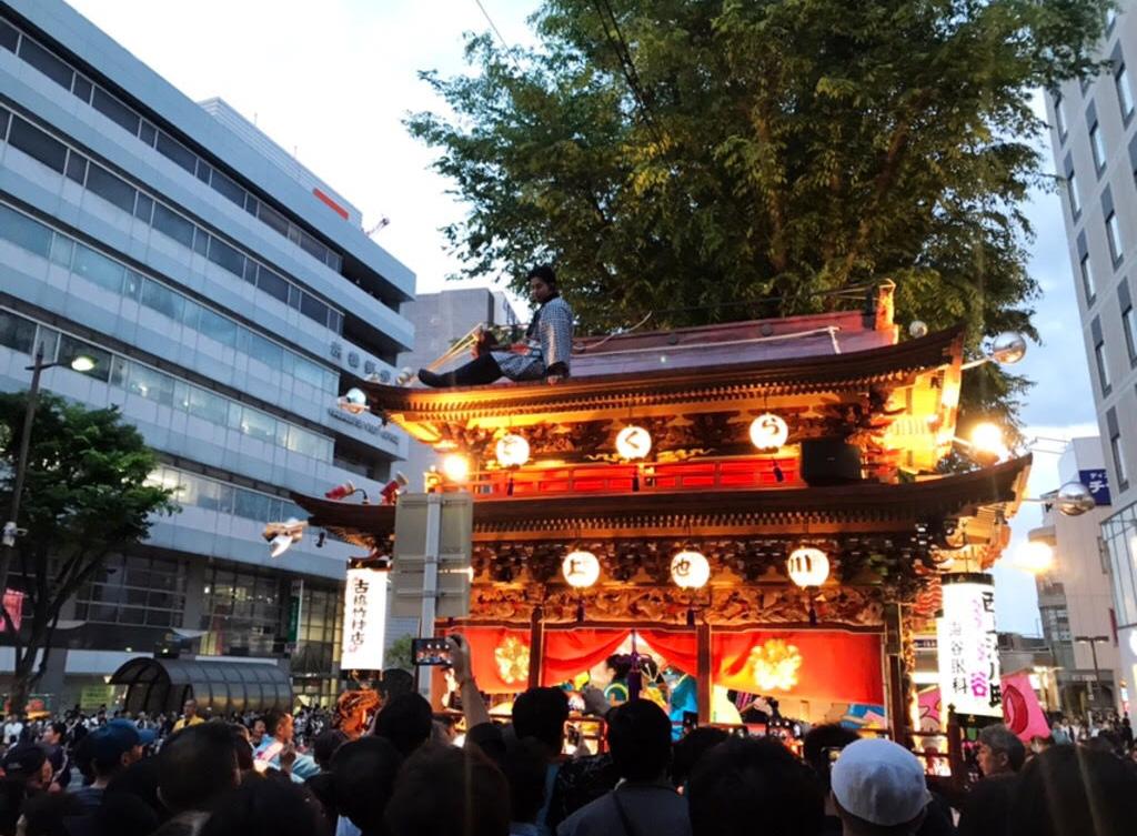浜松駅周辺では御殿屋台の引き回しも。町によってデザインが違って、こちらは特に観光客にも人気の催しです。