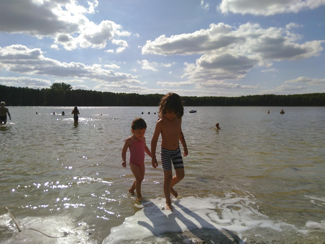 子供も遊びやすい湖。