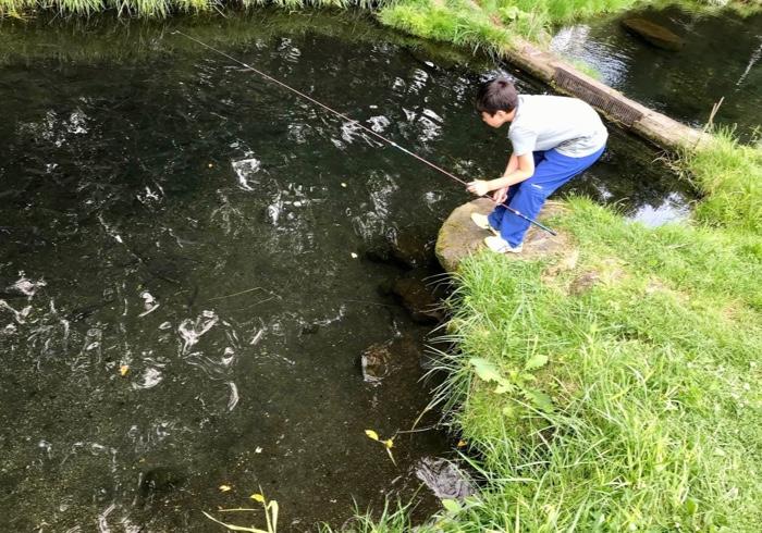 お盆は息子と野山の家へ。ヒメマス釣りに成功!そして釣りの絵本