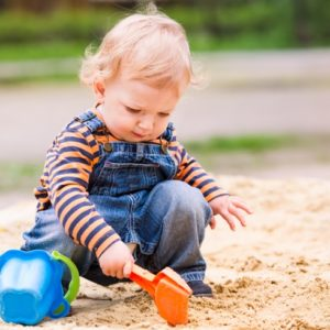 <span>ママのためのカウンセリングルーム・102</span> 公園の砂を口に入れてしまう子ども。辞めさせるにはどうするべき?【教えて!ケイト先生】