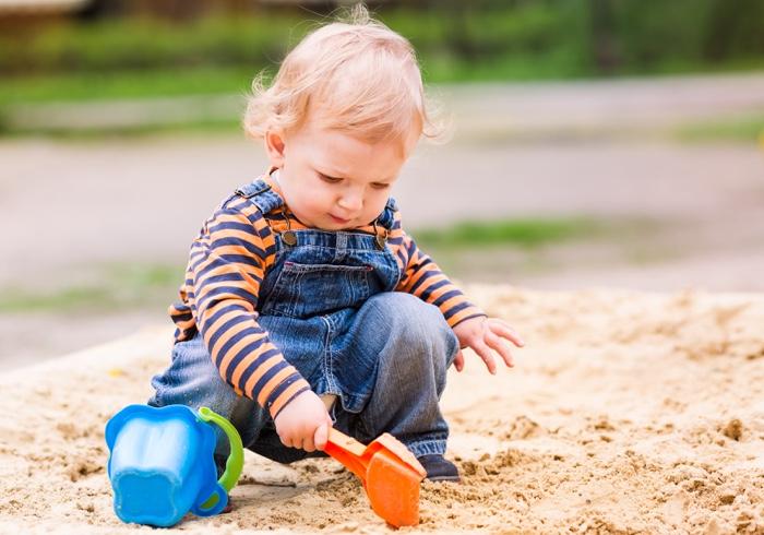 公園の砂を口に入れてしまう子ども。辞めさせるにはどうするべき?【教えて!ケイト先生】