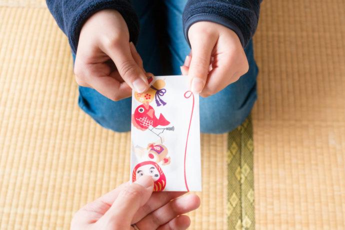 お年玉をもらう子供 / 日本の正月イメージ