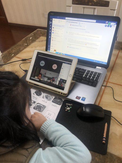 写真2-1 オンライン学習中の小学生