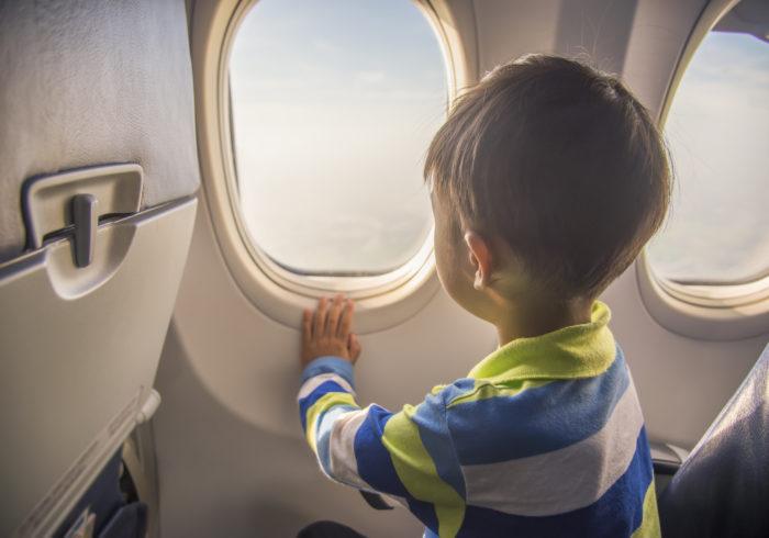 子供と飛行機に乗る!グズり回避のために必要な4つのコト