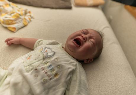 赤ちゃんの夜泣きの原因とは?今日から試したい対策もご紹介