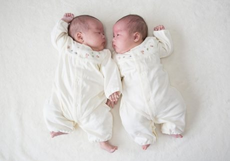 先輩ママが語る双子育児で大変なことって?育児を乗り切るコツも紹介