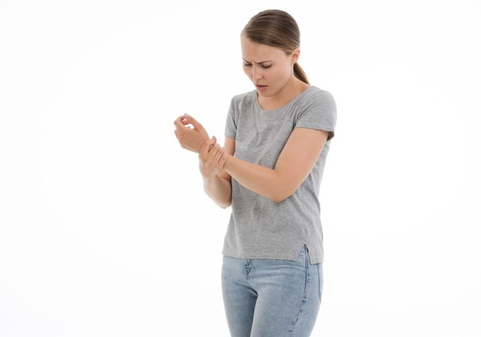 育児で手首が痛い!産後ママの【腱鞘炎】の原因と対策を紹介