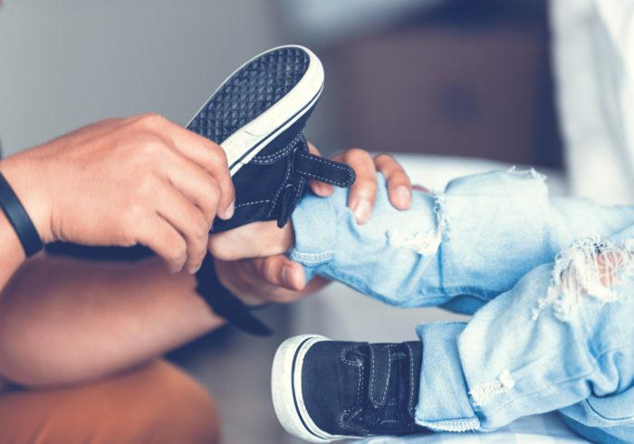 靴によっては足の形が変化も?子どもの靴の選び方のコツ教えます!