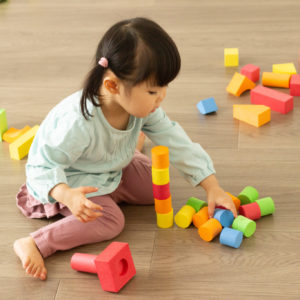 子供 積み木 遊ぶ