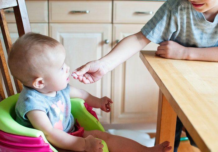 適量は?自分で食べないとダメ?離乳食のお悩みは理系育児で解決