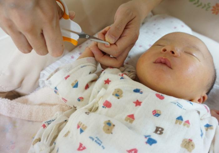 赤ちゃんの爪切りはいつからするべき?コツやタイミングについて解説