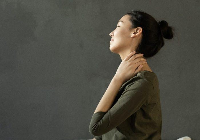 湿布を使っても大丈夫?妊娠中に肩こりになりやすい原因と解消法