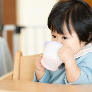 赤ちゃんの水分補給のサインを見逃すな!水分補給を始める時期や方法を解説