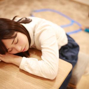 子育てに疲れ居眠りする母親