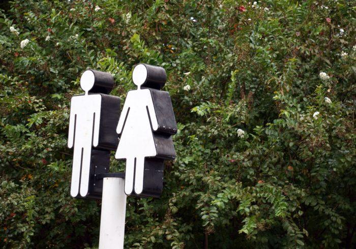 女の子のトイレトレーニングはどうする?進め方や飛ぶ時の対策も!