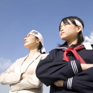 腕組みをする女子中学生と塾講師