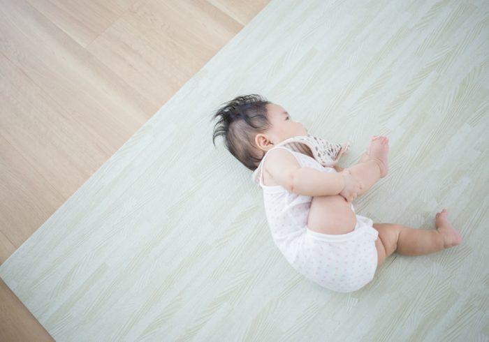赤ちゃんの寝返りはいつから?効果的なサポート方法と気をつけたいこと