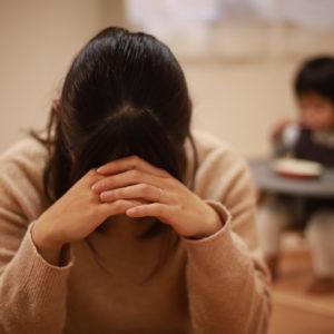 子育てに悩む母親