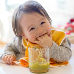 実は大事!赤ちゃんの手づかみ食べはいつから始まるの?