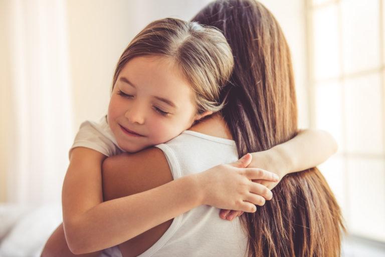 不登校の子供を受け止める母親