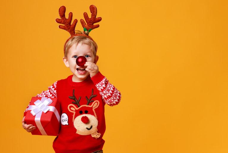 クリスマスにトナカイの格好をする男の子
