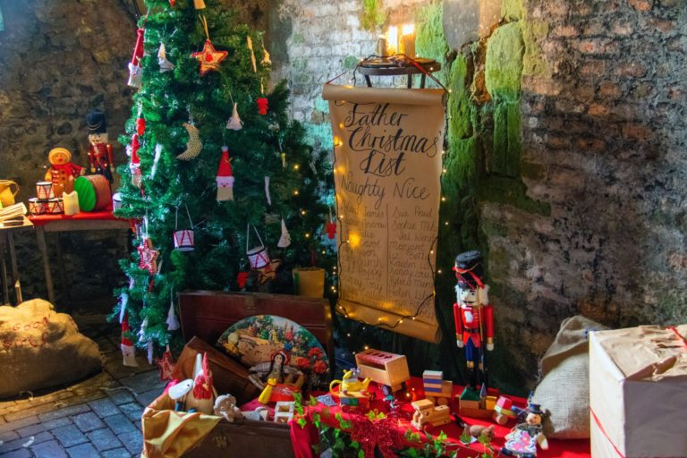 クリスマス準備として出されたクリスマスツリー