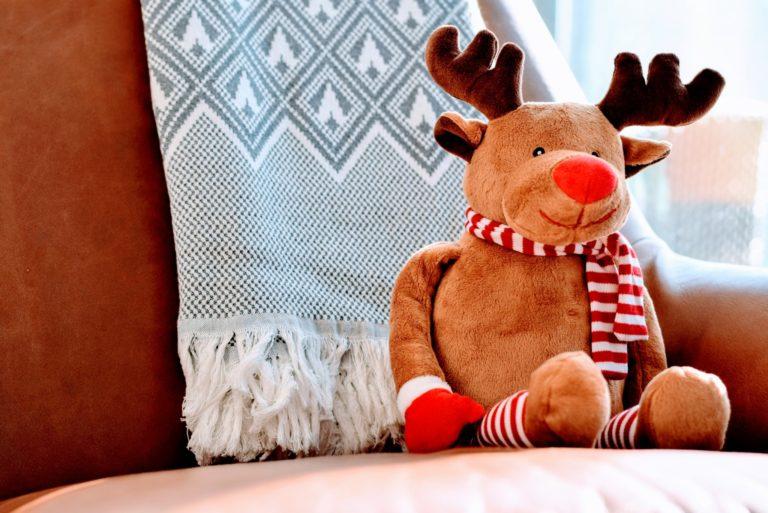 クリスマス用に準備されたマフラーと手袋をはめたトナカイ