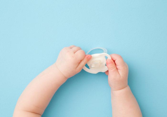 子どもの指しゃぶりはなぜ起こる?子どもの発達を学んで正しい声掛けを学んでいこう!