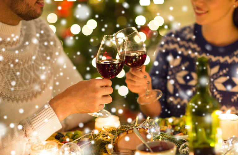 クリスマスのお祝いをする夫婦