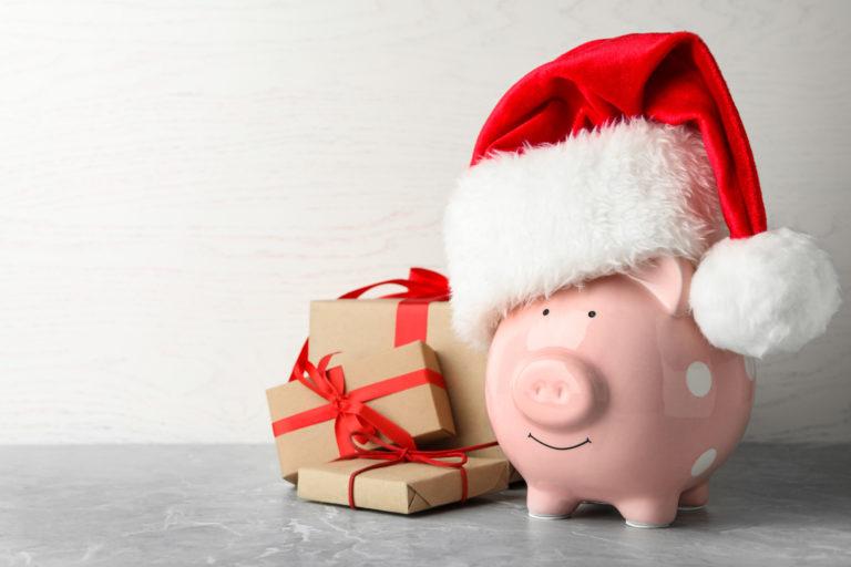 サンタクロースの格好をしたブタの貯金箱