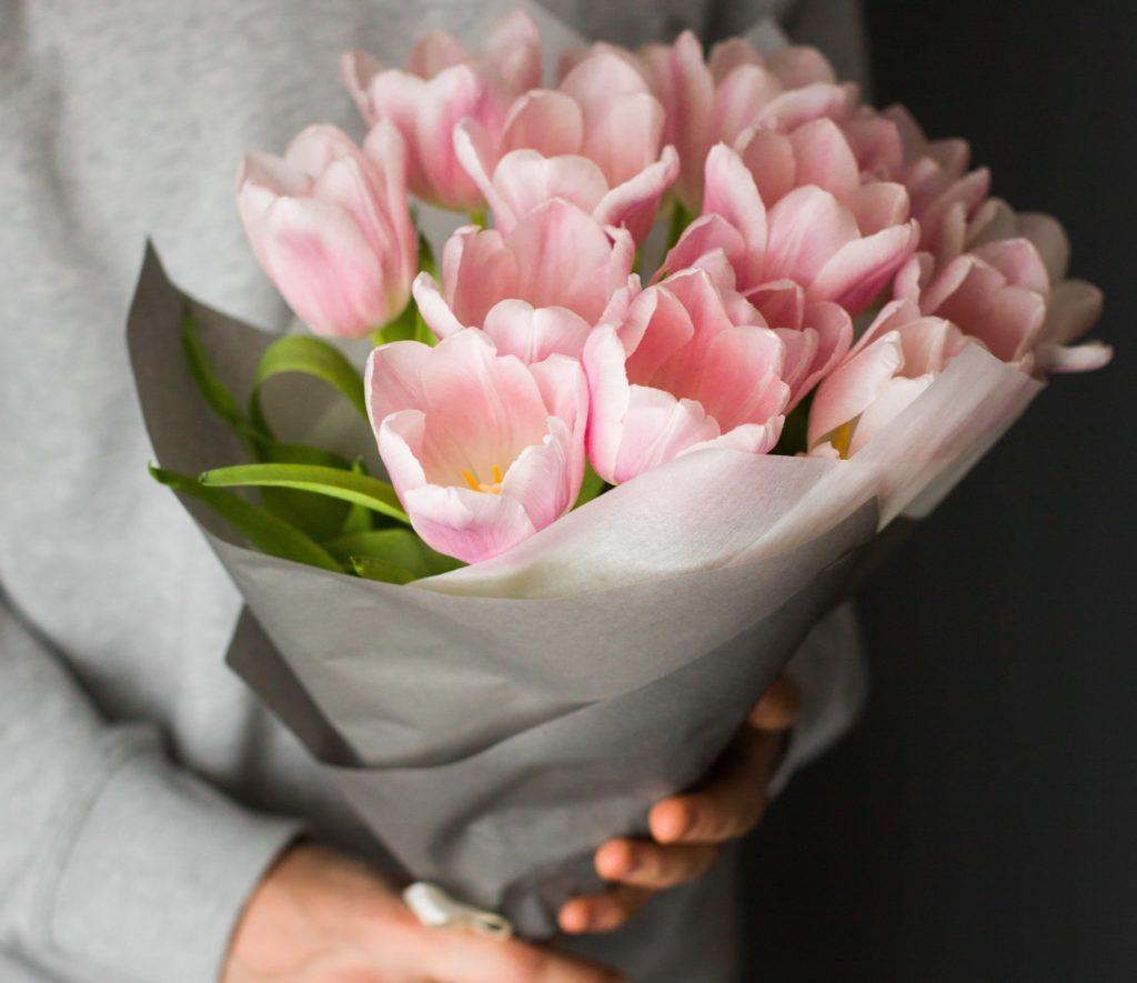 クリスマスプレゼントに妻へ花束を贈る夫