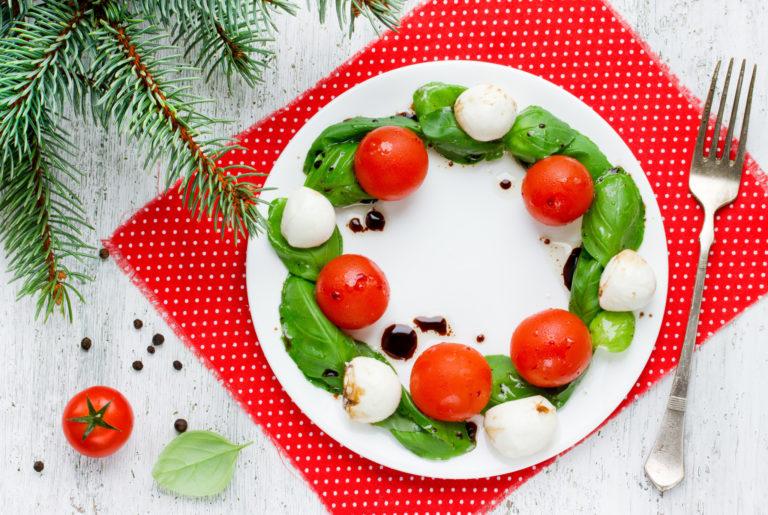 ミニトマトとバジルとモッツァレラチーズのクリスマスリースサラダ