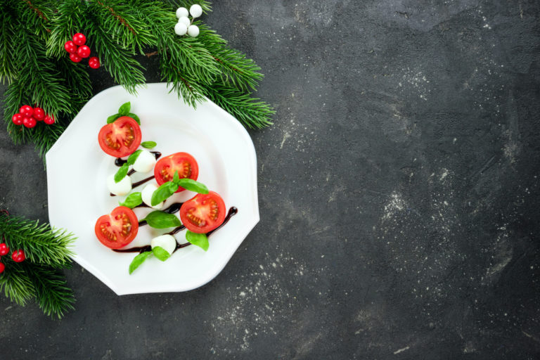ミニトマトとバジルとモッツアレラチーズのクリスマスツリーサラダ