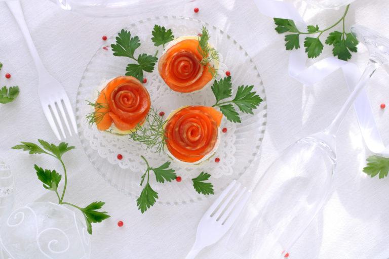綺麗な花のように盛り付けたスモークサーモン
