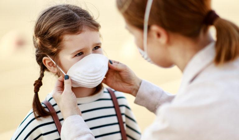 コロナウイルスの感染防止対策にマスクをつけられる子供