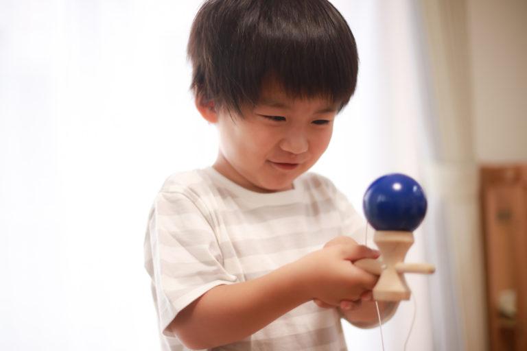正月にけん玉で遊ぶ子供