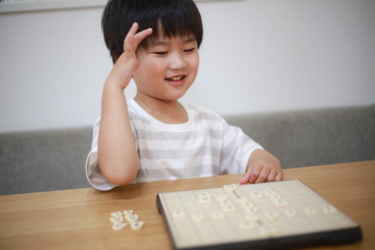 将棋をさす子供