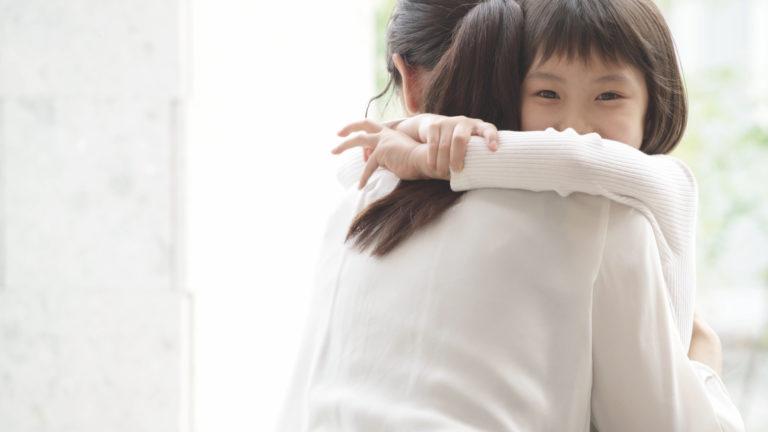 母親に抱きつき甘える子供