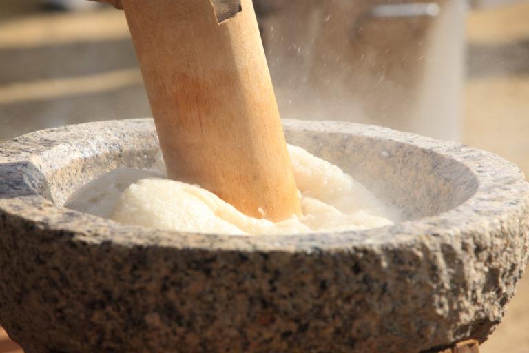 杵と臼で熱々のもち米をつく餅つき