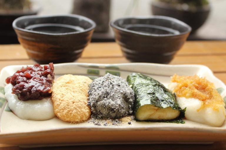 餅の上にあんこ、きな粉、黒ごま、海苔と砂糖醤油、味噌を乗せた五色餅