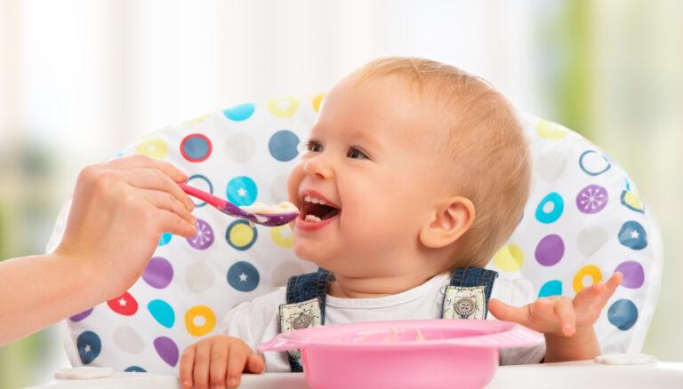 ご飯を食べさせてもらう幼児