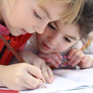 自閉症の特徴や原因、支援について理解しよう!知的障害との関連も解説