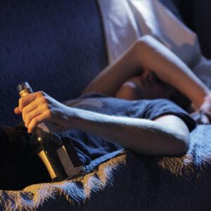 夫がアルコール依存症かも…アルコール依存への対応法は?