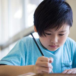 教室で勉強する男の子