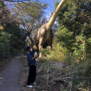 リアルすぎる恐竜ショーはインパクトが強すぎて……?【チュートリアル福田の育児エッセイ・71】