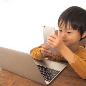 小学生にスマホは早い?所持率やメリット、ルールの例を紹介