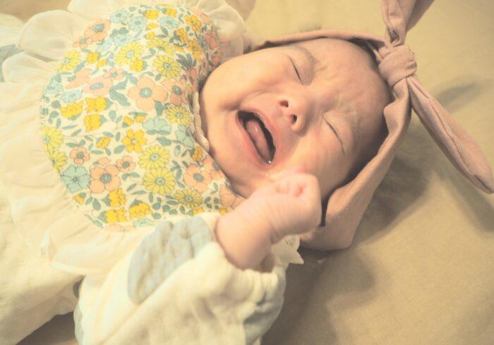 生後1ヶ月の赤ちゃんがぐずる理由とは?乗り切り方や泣き止ませ方も