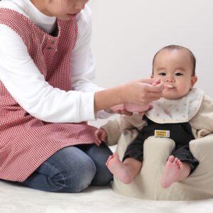 離乳食中や直後に赤ちゃんがぐずる理由とは?対処法も紹介